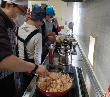 ライスに鶏肉を入れて炒めケチャップで味付けチキンライスを作ります。
