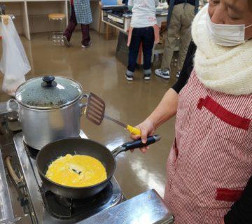 フライパンでふんわり卵焼きを作ります。