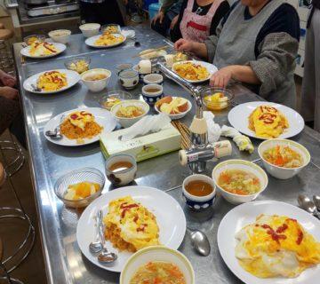 本日のメニューは、野菜具たくさんスープに特製オムライスとフルーツポンチでした。