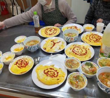 みんなで沢山いただきました。 年度に2回の調理実習でした。家に帰ってまた作りたいと評判です。 今回は田村職員に準備を一生懸命していただきました。