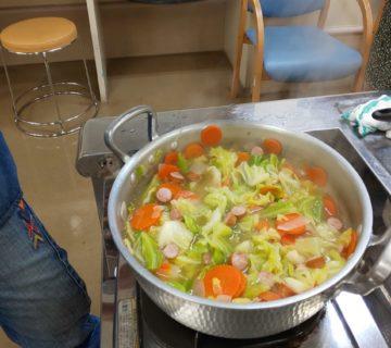 野菜やウインナーの沢山入ったスープの出来上がりです。