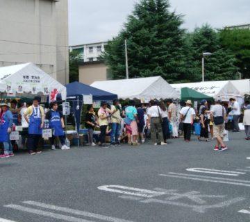 毎年、福祉施設の出店する模擬店で武蔵村山市市民総合センターの駐車場はいっぱいになります。