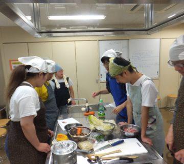 各班ごとに打合せをして、役割分担を決めて調理開始です。テーマは、「みんなが主役の調理実習」です。