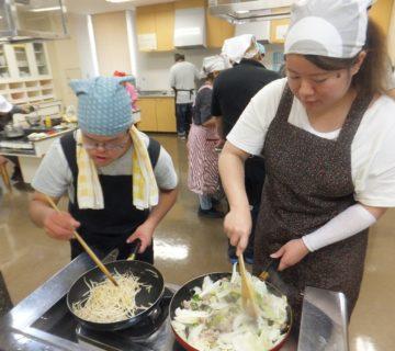 二人は具材を炒めます。