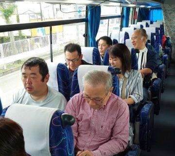 朝7時30分に「かたくり」に集合し総員30人で、大型バスに乗り圏央道・関越道を通り富岡市へ