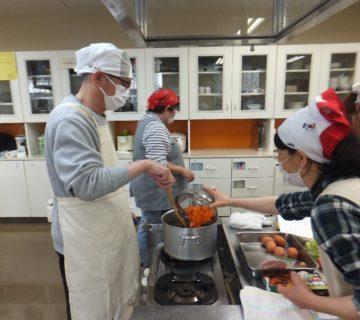 カットをした野菜を炒めます。