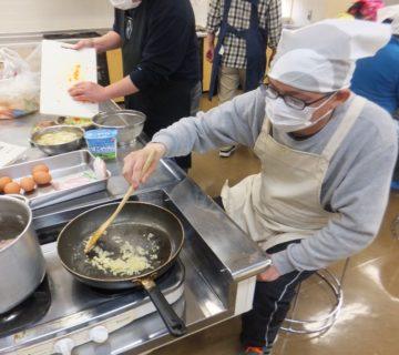 ニンニクもみじん切りにして炒めます。