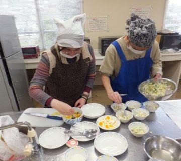 煮込む間は、サラダとデザートの準備に追われます。