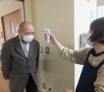 新コロナウイルスの感染拡大が進むなかですが、しっかり入室前に、検温・手指消毒を済ませます。