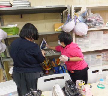 年末に、感染防止対策をしっかりしながら、ご利用者みんなで日頃利用している施設内を片付け、拭き掃除をしました。