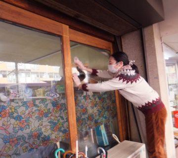 入口のガラスもきれいに拭きます。