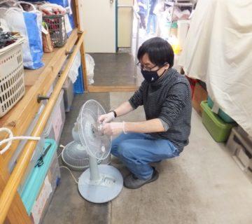 扇風機は解体し、丁寧に拭きとります。