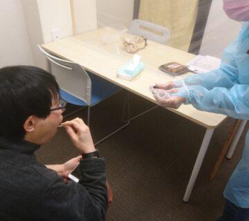 採取方法は、唾液検査用綿棒採取キット採取方法で行いました。ご自身で採取できる方には、ご自身でおこなっていただきました。