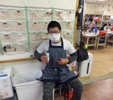 いつも元気な小川さん 検査キッドを手に順番待ちです。                            緊張はしてない様子です。
