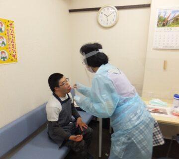 唾液採取の検査方法ですが、なかなか自分で採るのは難しく、小川さんは職員が採取しました。