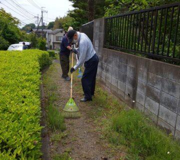 細長い市道ですが、梅雨時期を過ぎると草がボウボウになります。早めの除草が必要です。 先ずは大き目の石を取り除きます。