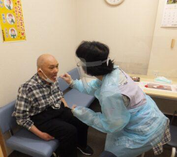 岩越さんも職員に採取してもらいました。今回の検査では、ご利用者28名・職員関係12名の合計40名が検査を受けます。結果は数日間で出る予定です。
