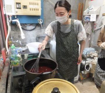 染粉は85℃で溶け始めるので、よくかき混ぜます。
