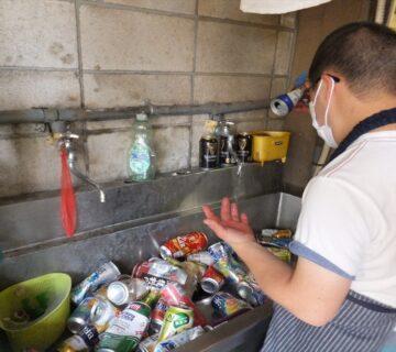 6月17日(木)の午前中にNPOかたくりのバックヤードでは、近隣住民のお宅から引き取ってきた資源(アルミ缶)をひと缶ひと缶丁寧に小川伸二さんが洗っています。夏場は水か気持ち良いのですが、冬場は手があかぎれになります。それでもいつも頑張って洗います。
