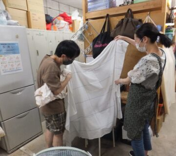 こちらのバックヤードでは、お二人が布選びを行っているようです。これから、布ぞうりの材料になる布地を染める作業を行います。