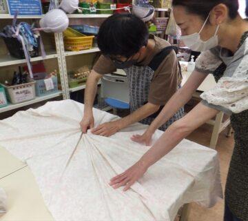 模様を作るために、生地をねじり込んで行きます。渦巻き状にねじ込んでいくのが特徴です。