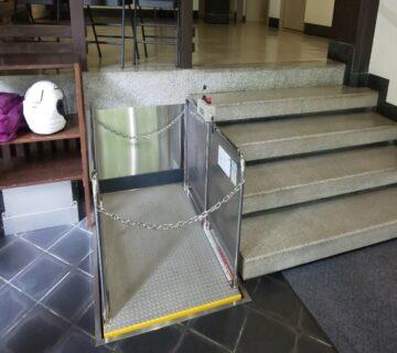 入口扉から中に入ると、リフトが設置しており、車いすなどを運んでくれます。