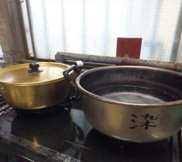 専用のお鍋に湯を沸かし染め液を作成します。