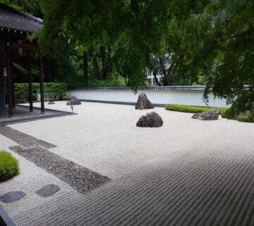 庭は石庭となっており、京都の龍安寺を思わせるような雰囲気でした。話によると、ロケなどの申し込みが多く、お断りするのが大変だそうです。