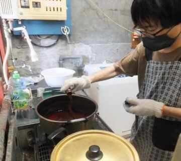 沸いた湯に染粉を投入します。