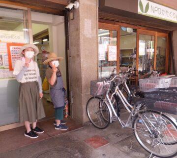 7月28日(水)今日は、村山団地商店会様から頂いた、ポスティング作業の日です。徒歩チームとサイクリングチームに分かれて行います。準備作業中のツーショットです。