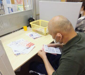 岩越さんは、いつもの紙ちぎりを行っています。施設で使うメモ紙を作ってくれています。