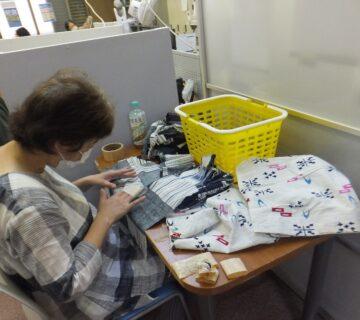こちらは、布ぞうりに使う生地の解体作業を行っています。