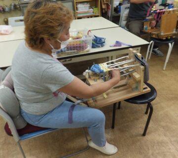 ここでは、布ぞうりを機材を使って編む作業をしています。